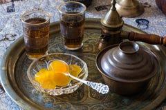 Tee- und Löffelbonbons Lizenzfreie Stockfotos