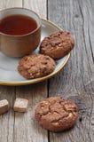 Tee und Plätzchen mit Schokolade Lizenzfreie Stockfotos