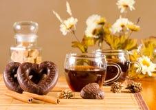 Tee und Schokolade bedeckten Lebkuchen Stockfotografie
