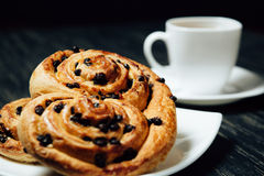 Tee und selbst gemachte Bäckerei mit Schokolade auf dunklem Holztisch Stockfotografie