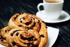 Tee und selbst gemachte Bäckerei mit Schokolade auf dunklem Holztisch Lizenzfreie Stockfotografie