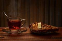 Tee und Toast auf einem hölzernen Hintergrund Lizenzfreie Stockfotografie