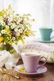 Tee und Wildflowers Stockfotografie