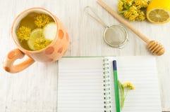 Tee von Lindenbäumen mit frischen Blumen und Zitrone stockfotos