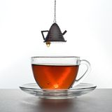 Tee wird gegossen Stockbild
