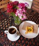 Tee-Zeit auf dem Patio Stockfoto