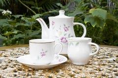Tee-Zeit im Garten mit Wüsten-Rosen-Blume Lizenzfreies Stockfoto