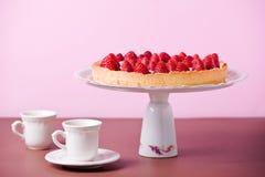 Tee-Zeit mit Erdbeertorte Stockfotografie