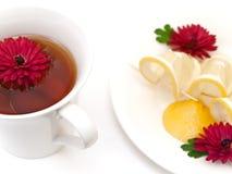 Tee, Zitrone und Blumen stockbilder