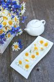 Tee zugebereitet aus Kamillenblumen für Tee Tee von den natürlichen Kräutern Kopieren Sie Platz Stockfotografie