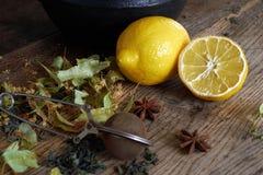 Tee Zusammensetzung des Zitronentees und -anderen Versorgungen Lizenzfreie Stockfotografie