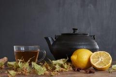 Tee Zusammensetzung des Zitronentees und -anderen Versorgungen Stockfotos