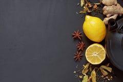 Tee Zusammensetzung des Zitronentees und -anderen Versorgungen Freigabe blac Lizenzfreie Stockfotografie