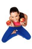 Teeanger trigueno que se sienta en el suelo con las manzanas Imágenes de archivo libres de regalías