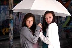 Teeangers retenant un parapluie Images stock