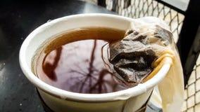 Teebeutel in der Papier- oder Plastikkaffeetasse Lizenzfreies Stockbild