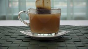 Teebeutel genommen aus einer Tasse Tee heraus stock footage
