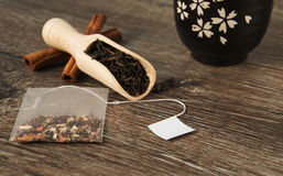 Teebeutel im Hintergrund mit einer Schaufel des Blatttees und Schüssel für Tee stockfoto