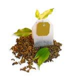 Teebeutel mit Blättern Stockfoto