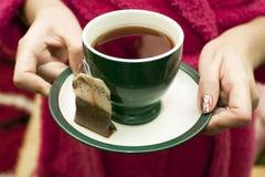 Teebeutel mit einer Tasse Tee Stockbild