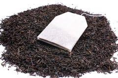 Teebeutel und getrocknete Teeblätter Stockfoto