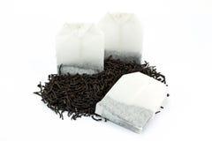 Teebeutel und getrocknete Teeblätter Stockbild