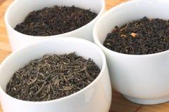 Teeblätter in den Schüsseln Stockfotos