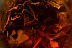 Teeblätter in einer Schale Stockbilder