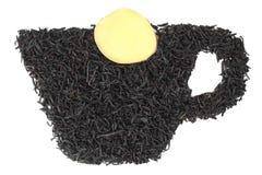 Teeblätter in Form einer Schale mit einer Scheibe des Ingwers auf weißem Hintergrund Lizenzfreies Stockbild