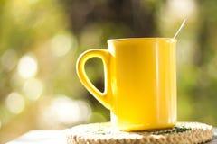 Teecup im Garten Stockbild
