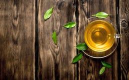 Teecup mit Blättern Lizenzfreies Stockbild