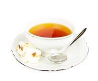 Teecup mit Bonbons auf Weiß Stockfoto