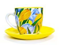 Teecup mit Krokussen Lizenzfreies Stockfoto
