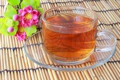 Teecup mit rosa Blumen Stockfotografie