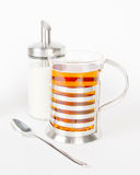Teecup mit Zucker und Löffel auf Weiß Lizenzfreie Stockfotografie