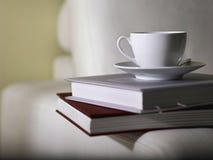 Teecup oben auf Bücher Stockfotos