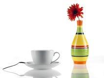 Teecup und -gänseblümchen bunt Lizenzfreie Stockbilder