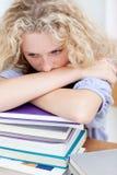 Teeenager faticoso che dorme sui libri Fotografie Stock