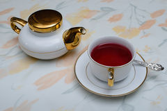 Teegetränk von rosafarbenen Blumenblättern 2 stockfotografie
