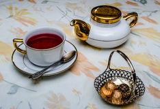 Teegetränk von rosafarbenen Blumenblättern lizenzfreie stockbilder