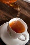 Teegießen Lizenzfreie Stockfotografie