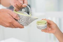 Teegießen Stockbild