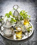 Teegläser und -topf Orientalische Feiertagsdekoration Abbildung der roten Lilie Stockbild