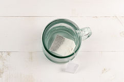 Teeglas und Teebeutel Stockbild