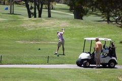 Teeing av på golfbanan Fotografering för Bildbyråer
