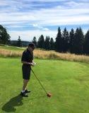 Teeing av på golfbanan Arkivbilder