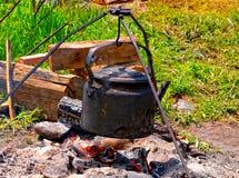 Teekanne auf dem Lagerfeuer Stockfotografie