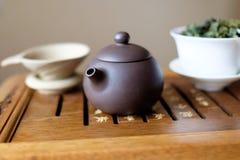 Teekanne auf dem Teeschreibtisch Stockfotografie
