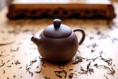 Teekanne auf dem Tisch Stockbild