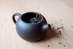 Teekanne auf dem Tisch Stockfotografie